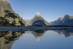 在Milford Sound,主教峰顶的反射 免版税图库摄影
