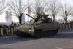 在militar游行的坦克在拉脱维亚 库存照片