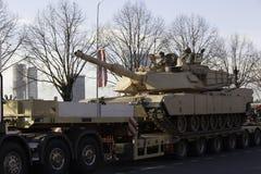 在militar游行的坦克Abram在拉脱维亚 图库摄影