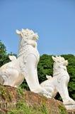 在Mingun塔,曼德勒,缅甸前面的Chinthe 库存照片