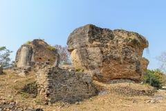 在Mingun Pahtodawgyi塔前面的监护人雕象 库存图片
