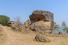 在Mingun Pahtodawgyi塔前面的监护人雕象 免版税库存照片
