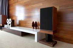 在minimalistic现代内部的葡萄酒音象系统 库存图片