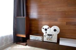在minimalistic现代内部的葡萄酒音象系统 免版税库存照片