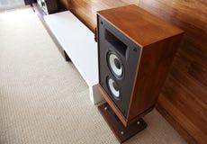 在minimalistic现代内部的葡萄酒音频扩音器 免版税库存照片