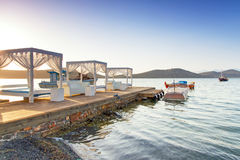 在Mirabello海湾的白色豪华床在克利特 免版税库存照片