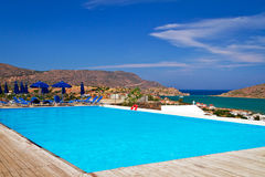 在Mirabello海湾的蓝色游泳池 免版税库存照片