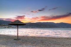 在Mirabello海湾的遮阳伞在日落 免版税库存图片