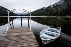 在MIrror湖的靠码头的小船 免版税库存照片