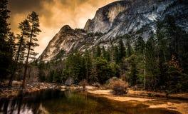 在Mirror湖,优胜美地国家公园,加利福尼亚的半圆顶 图库摄影