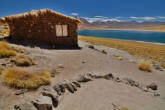 在Miscanti湖的小屋 Los佛拉明柯舞曲国家储备 安托法加斯塔地区 智利 图库摄影
