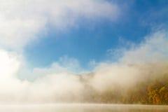 在Missouri湖的有雾的秋天早晨 免版税库存照片