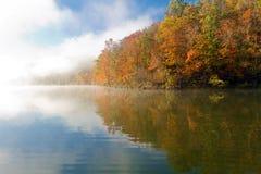 在Missouri湖的有雾的秋天早晨 库存照片