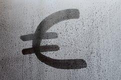 在misted满身是汗的玻璃的欧洲货币符号 抽象背景镜象 欧洲货币概念 库存照片
