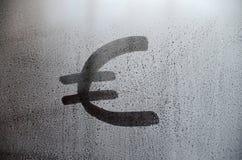 在misted满身是汗的玻璃的欧洲货币符号 抽象背景镜象 欧洲货币概念 免版税库存照片