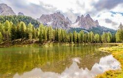 在Misurina湖南提洛尔白云岩的-意大利附近的Antorno湖 库存图片