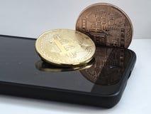 在MOBIL电话的两bitcoins 免版税库存照片