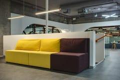 在moder内部的多彩多姿的沙发 免版税库存图片
