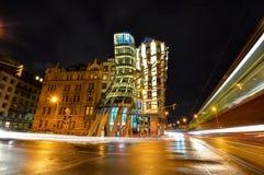 在moder大厦跳舞议院的夜视图或弗雷德和姜 在的Nationale-Nederlanden大厦在布拉格跑了堤防, 库存图片