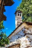 在Mogilitsa村庄,保加利亚的传统老罗多彼州山烟囱 库存图片