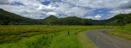 在Mogo小河附近的看法在证明有罪足迹或伟大的北路在Yengo国立公园,NSW,澳大利亚 图库摄影