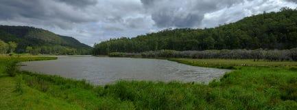 在Mogo小河附近的看法在证明有罪足迹或伟大的北路在Yengo国立公园,NSW,澳大利亚 免版税库存照片