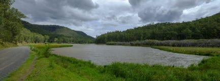 在Mogo小河附近的看法在证明有罪足迹或伟大的北路在Yengo国立公园,NSW,澳大利亚 库存图片