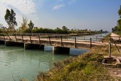 """在Mohajir分支运河†""""北旁遮普邦巴基斯坦的一个老桥梁&水龙头 库存图片"""