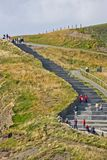 在Moher,爱尔兰峭壁的人上升的台阶  免版税库存照片