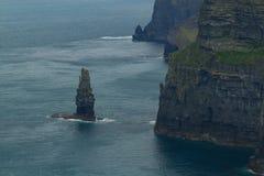 在Moher,爱尔兰峭壁的海礁石  免版税库存照片