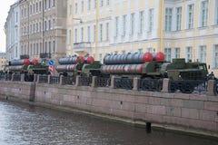 在Moika河的堤防的三套导弹发射装置s-300PM 为游行做准备排练以纪念胜利Da的 库存照片