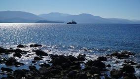 在Molyvos Mythimna, Lesvos附近的海岸警卫船 免版税库存图片