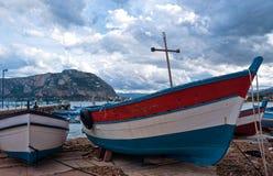 在Mondello海滩的老小船在巴勒莫 免版税库存照片