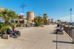 在Mondello的中心散步,一个小海滨胜地在城市附近巴勒莫的中心 库存照片
