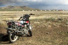在Mongolie风景的一辆摩托车  库存图片