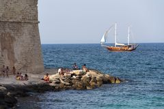 在Monopoli,意大利运输从航行在海滩波尔塔Vecchia附近的mahoganytree的Yasemin苏丹 免版税库存照片