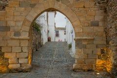 在Monsaraz老墙壁的阿尔科瓦门  免版税库存图片