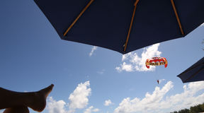在Mont-Choisy海滩的滑翔伞,在毛里求斯海岛北部 免版税库存图片