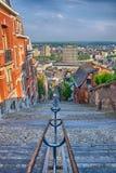 在montagne de的看法在列日,比利时,比荷卢三国, HDR beuren与红砖房子的楼梯 库存照片