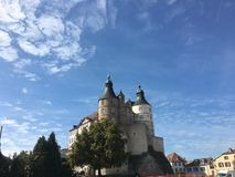 在Montbeliard城堡的看法在晴天在杜省法国 免版税库存照片