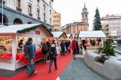 在Monte格拉巴酒正方形的人参观的圣诞节市场在瓦雷泽,意大利的中心 库存图片