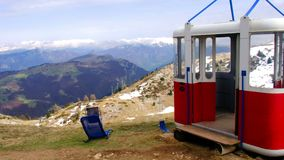 在Monte Baldo山高峰全景放弃的老缆道推力长平底船小室在马尔切西内附近在意大利 影视素材