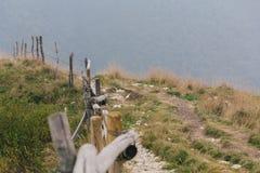 在Monte Baldo顶部的供徒步旅行的小道 图库摄影