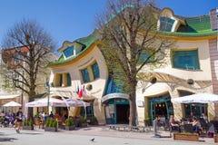 在Monte Cassino街道上的弯曲的房子在Sopot 库存图片