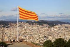 在Montjuic城堡,巴塞罗那,卡塔龙尼亚,西班牙的卡塔龙尼亚旗子 免版税库存照片