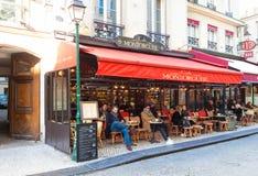 在Montorgueil街道的一个传统法国咖啡馆Montorgueil在巴黎,法国 免版税库存照片