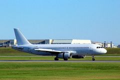 在Montréal国际性组织的飞机到来 免版税库存照片