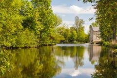 在Montreuil-Bellay城堡附近的池塘 库存图片