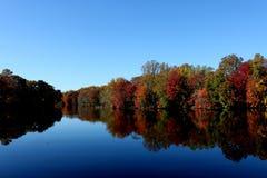 在Moore's湖多弗特拉华的秋天 图库摄影