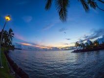 在Moorea海岛、洲际的手段和温泉旅馆的日落在帕皮提,塔希提岛,法属玻里尼西亚 图库摄影
